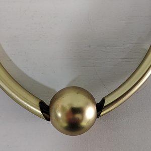 Collar Tantrend corto esfera dorada. XaQueXulo