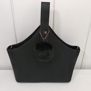 Bolso negro con ponpon