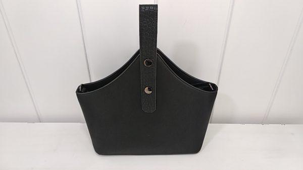 Bolso negro con ponpon trasera